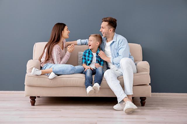 ソファに座る子供と両親
