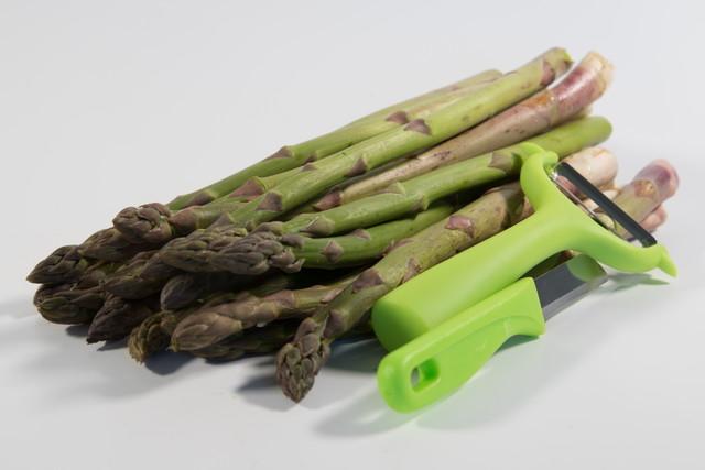 皮むき器とナイフでグリーンアスパラガス
