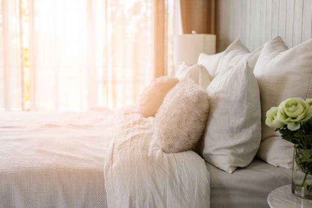 朝日が差し込む寝室