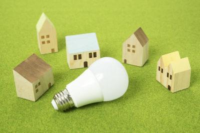 家のミニチュアとLED電球