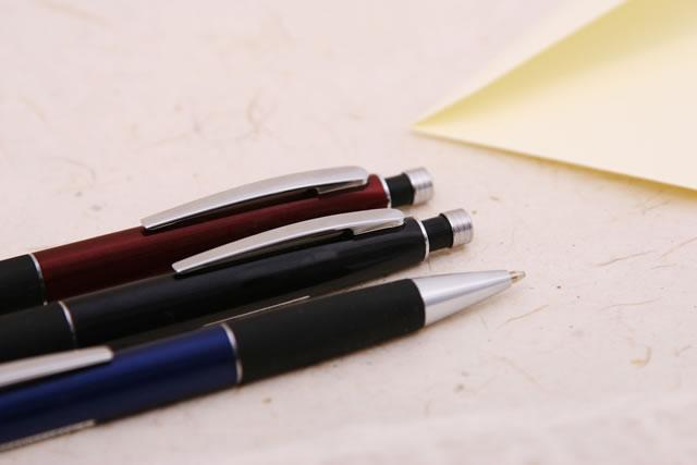 3本のボールペンと和紙