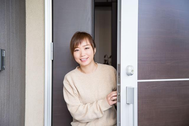 玄関にいる笑顔の女性