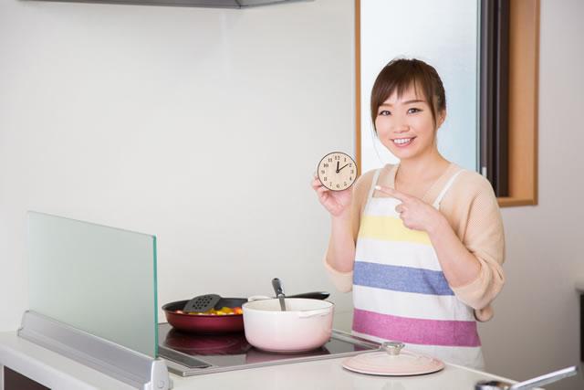 時短料理をする女性