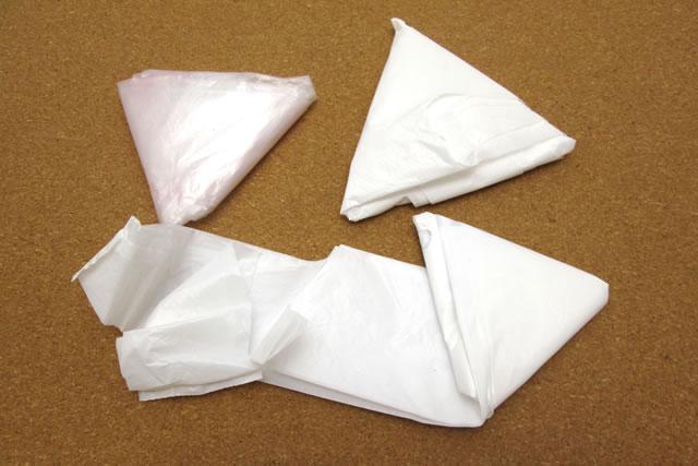 三角にたたんだビニール袋