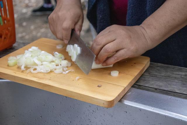 豚汁に使うネギを切る
