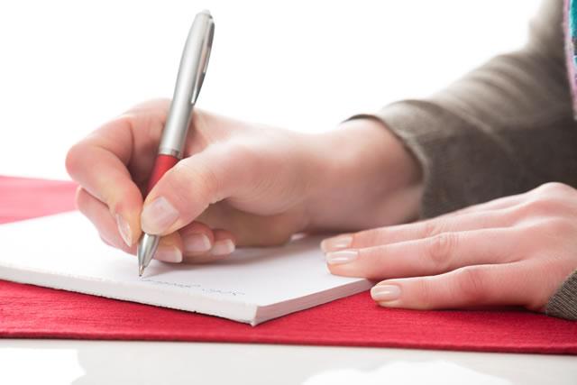 ノートにボールペンで文字を書く