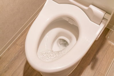 水を流しているトイレ