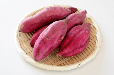 ザルに載ったサツマイモ