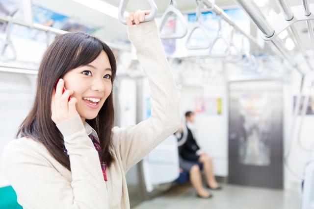 電車の中で日本の高校生