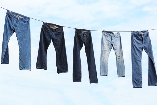 きれいに干されたジーンズ