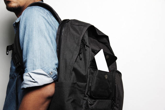 バックパックを持つ若い男