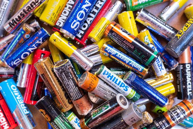使い切った電池の山