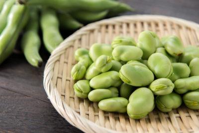 ザルの上のそら豆