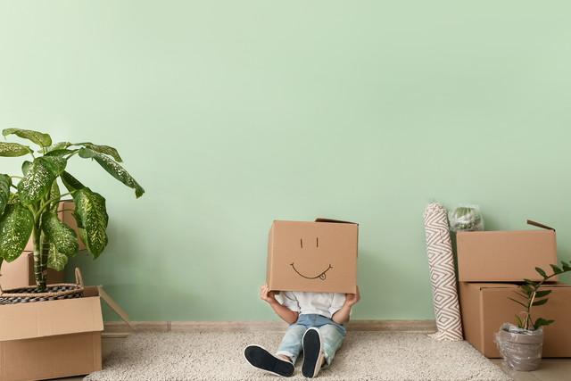移動ボックスを持つ子供