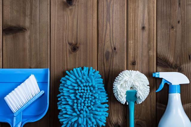 床に置かれた掃除用具