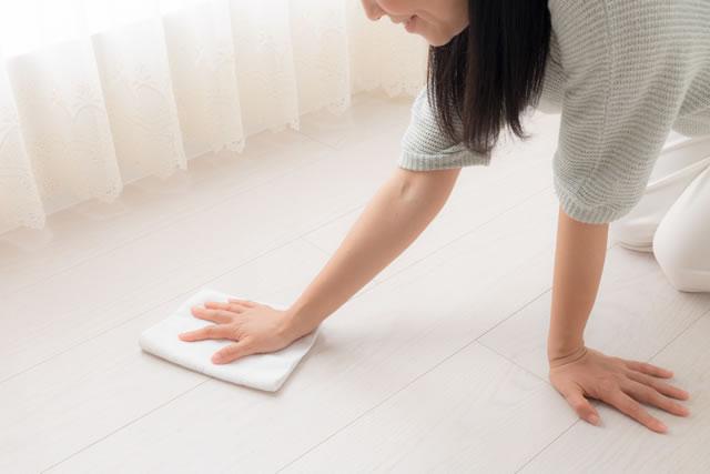 床を磨く女性
