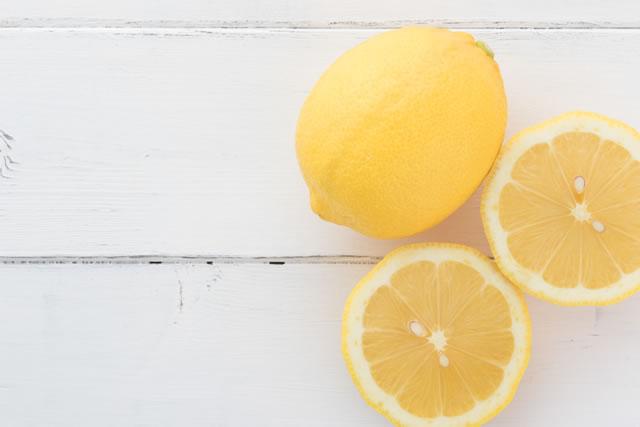 白いテーブルの上のレモン