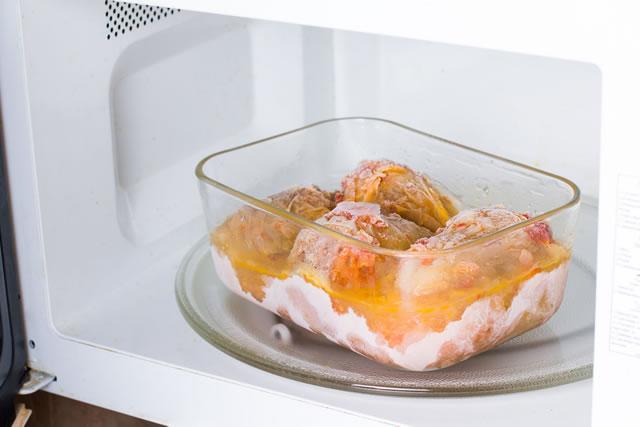電子レンジの中にある冷凍食品