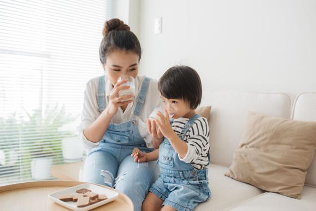 牛乳を飲む親子
