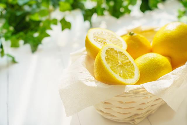 カゴに入れたレモン