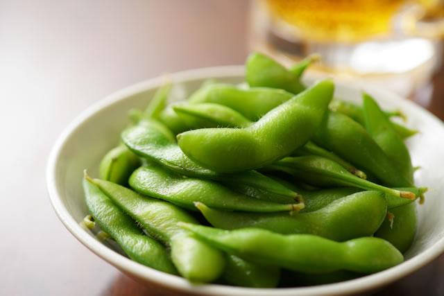 お皿に盛られた枝豆