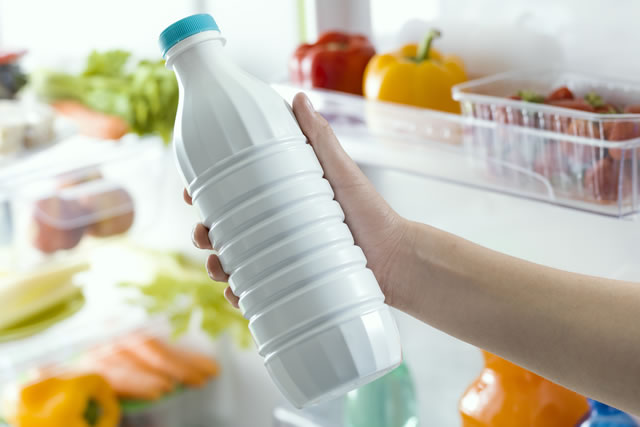 冷蔵庫から牛乳を取り出す
