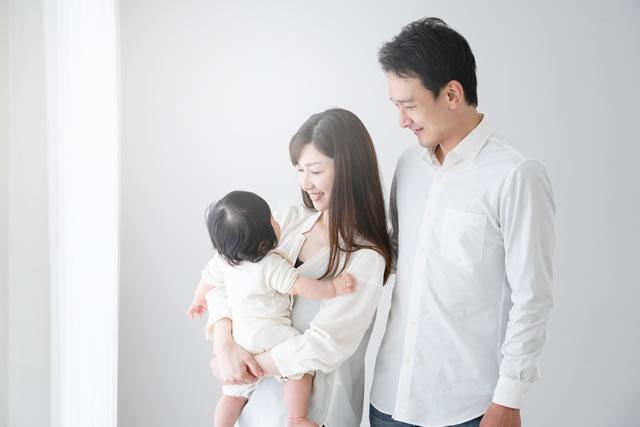 赤ちゃんと笑顔の両親
