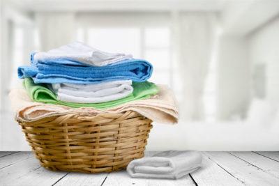 洗濯カゴに入ったバスタオル