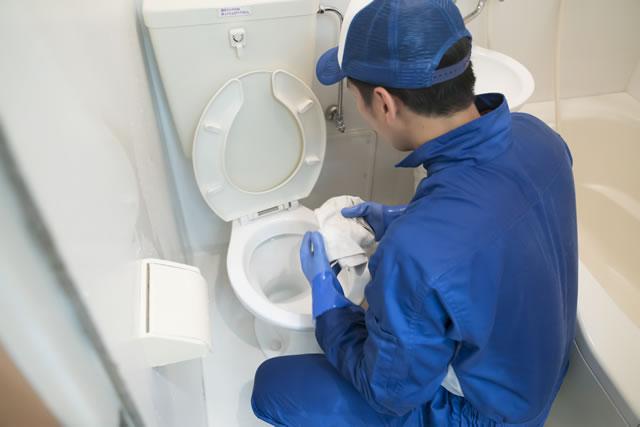 トイレを拭いている業者さん