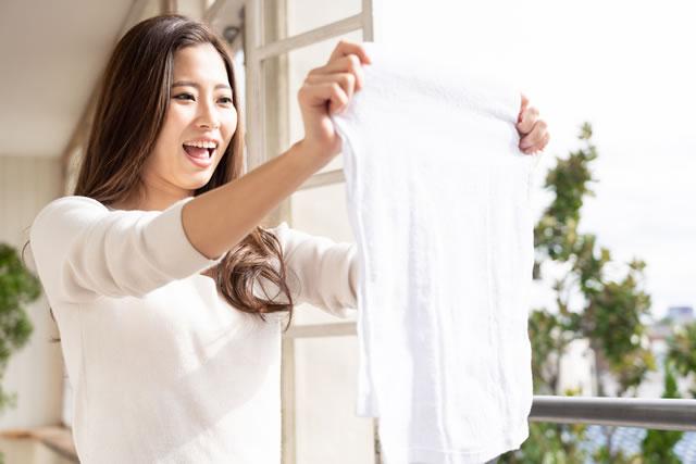 タオルを干す女性