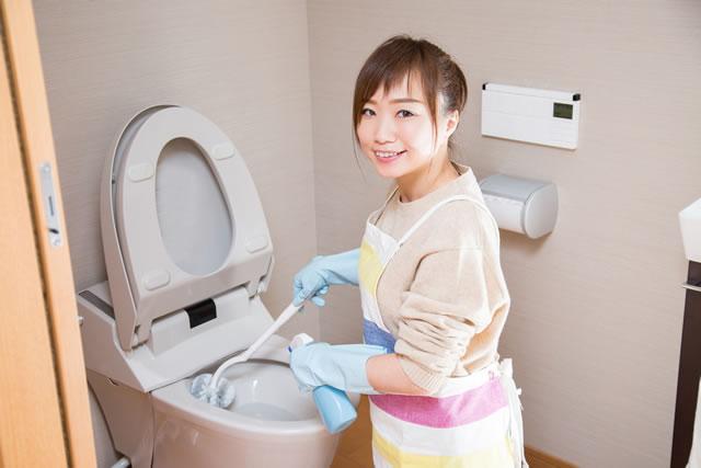 トイレを掃除している女性