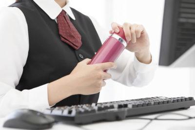 水筒を持っている女性
