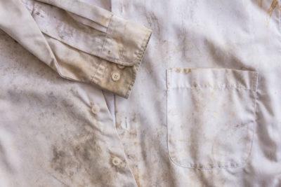 泥で汚れたシャツ
