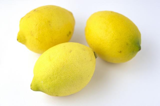 ザルにのったレモン