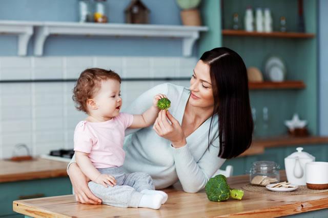 ブロッコリーを子に与える母
