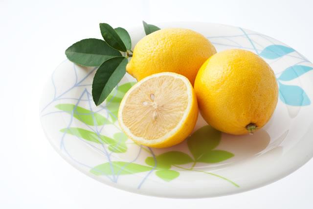 お皿に盛られたレモン