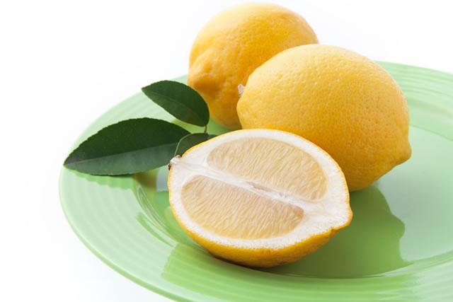 グリーンのお皿にのったレモン