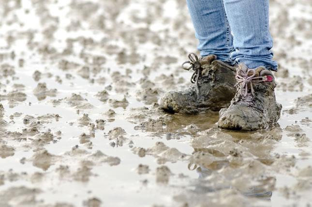 泥で汚れた靴