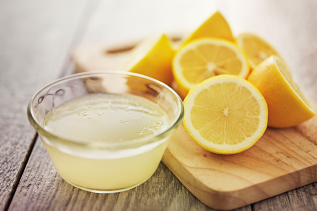 カットされたレモンと絞りたてのレモン汁