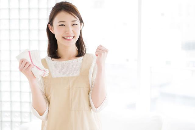 雑巾を持ってガッツポーズしている女性