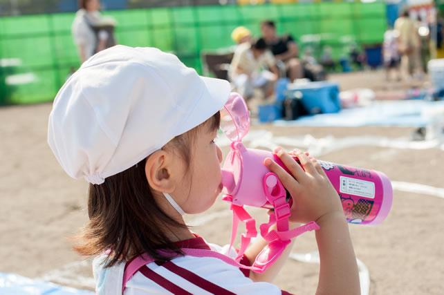 水を飲んでいる子供