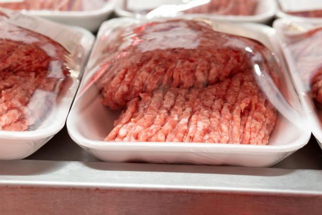 スーパーマーケットでの新鮮なミンチ肉