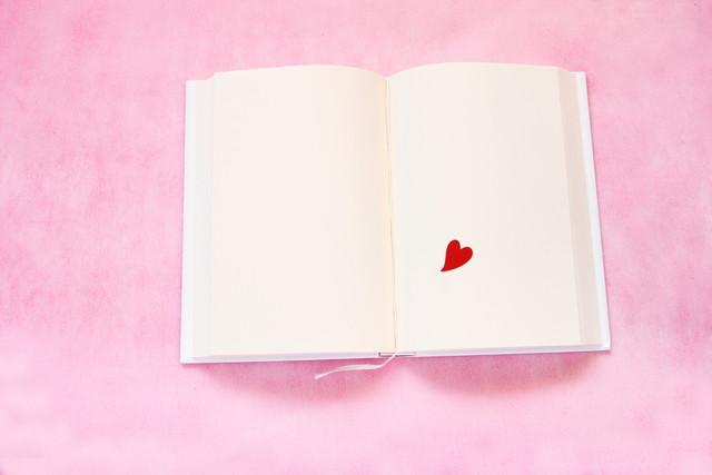 バレンタイン 見開きの本の上の赤いハートシール