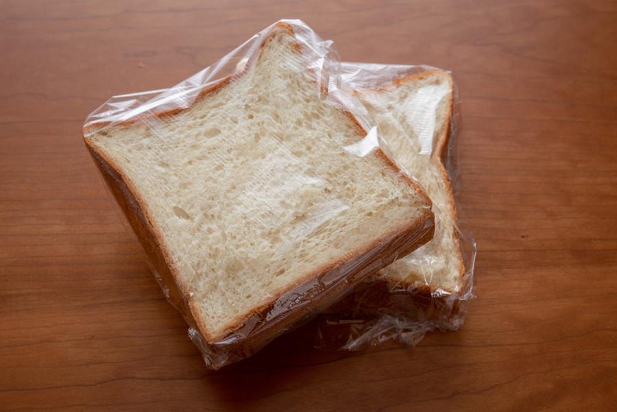ラップで包まれている食パン
