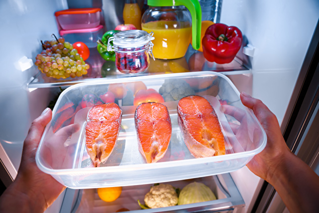 鮭を冷蔵庫に入れる