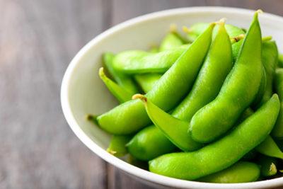 皿にもられた枝豆