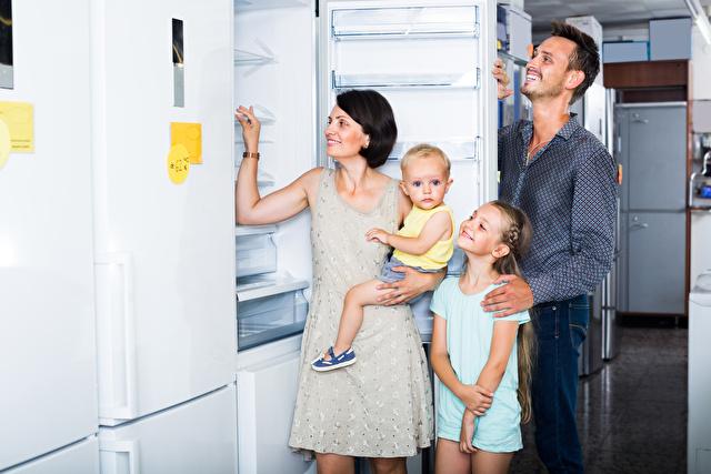 冷蔵庫を選ぶ家族