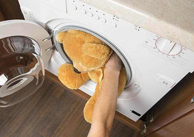テディベアのぬいぐるみと洗濯機