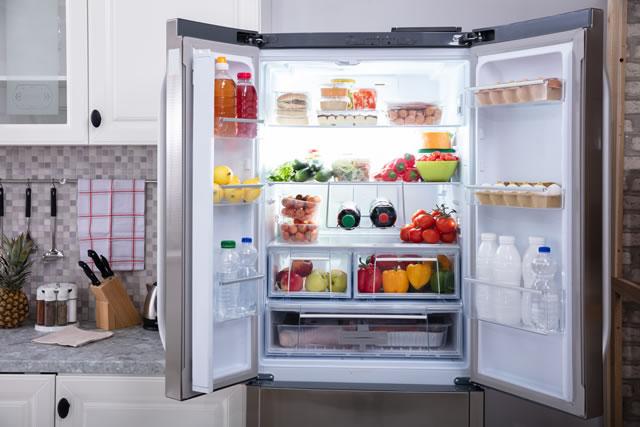 ドアの開いた冷蔵庫