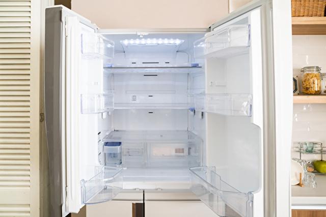ドアが開いた冷蔵庫